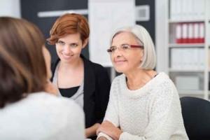 drei frauen verschiedenen alters unterhalten sich am arbeitsplat